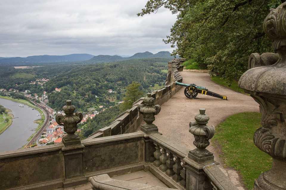 Entlang der Elbe nach Pirna und der Bastei erreichen Sie die Festung Königstein. In dem Ort gibt es viel Unterkünfte, vor allem Ferienwohnungen und Pensionen.