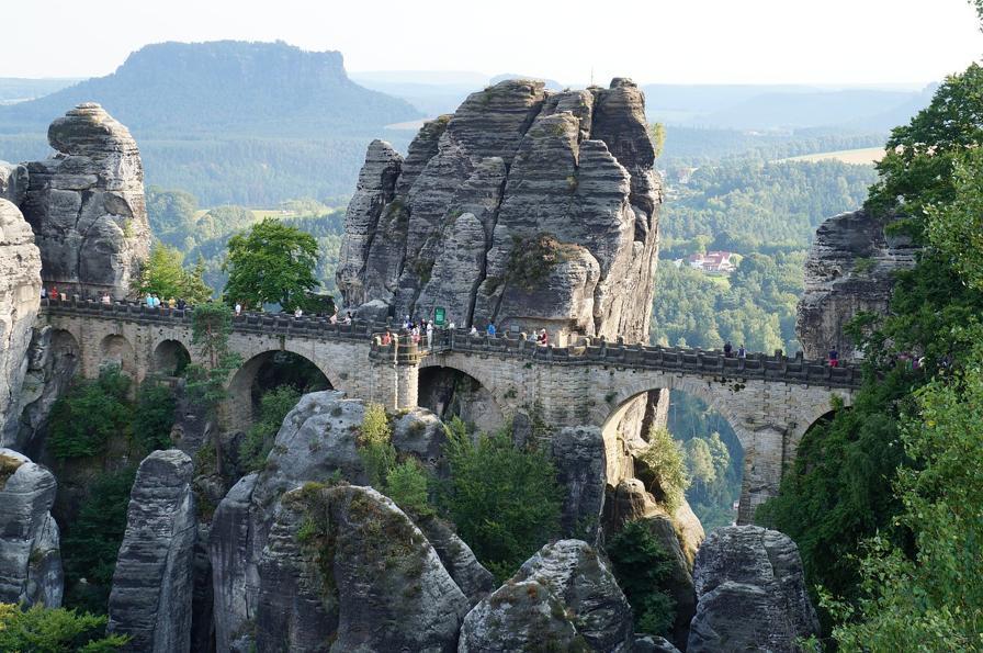 Aussicht auf die Basteibrücke während der Wanderung.